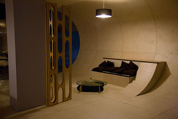 Стены и потолки каждой комнаты образуют связную трубу для скейтборда около 3-х метров радиусом