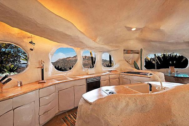 Как выглядит Топ-10 домов мира с самой экстравагантной планировкой - Дом Дика Кларка (Dick Clark), вдохновленный мультсериалом о Флинстоунах - интерьер, кухня