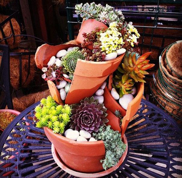 цветочная абстракция из черепков вместо сада фей