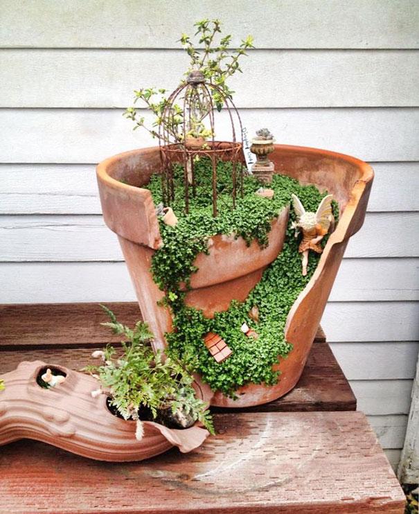 пологий спуск-дорожка в садике фей, засаженный солейролией