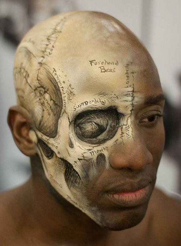 самый жуткий грим на Хэллоуин: изучение строения черепа по живому