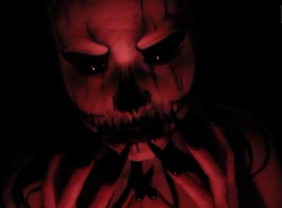 самый жуткий грим на Хэллоуин: навеянный персонажем Джеком Скеллингтоном – Тыквенным королем из «Кошмара перед Рождеством» в красном освещении