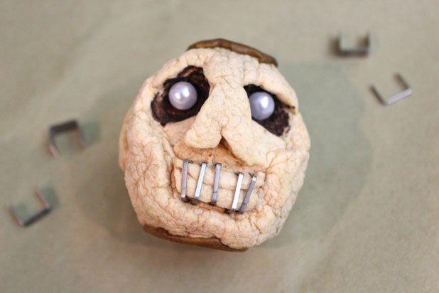 сушеные головы - декор на Хэллоуин: поставьте на рот в яблоке скобы