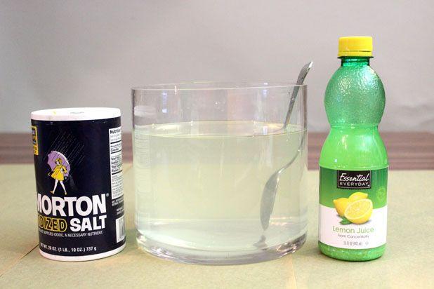 Смешайте полчашки соли, полчашки лимонного сока и около 2,3 литра воды