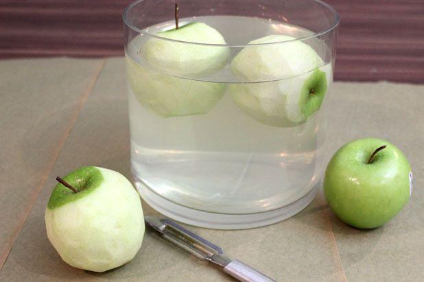 сушеные головы - декор на Хэллоуин: очистите яблоки и держите их в растворе около 30-ти минут