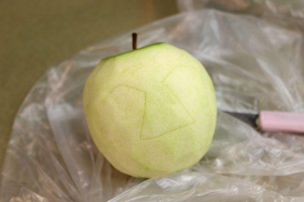 сушеные головы - декор на Хэллоуин: начните с того, чтобы наметить на яблоке ножом линии бровей и носа