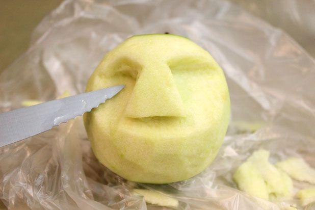 сушеные головы - декор на Хэллоуин: срежьте лишнюю мякоть, чтобы брови и нос стали более ярко-выраженными