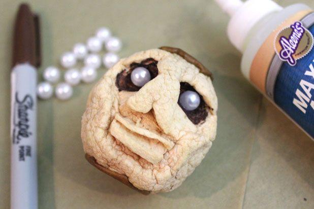 сушеные головы - декор на Хэллоуин: покрасьте глазницы перманентным коричневым маркером, вставьте бусины