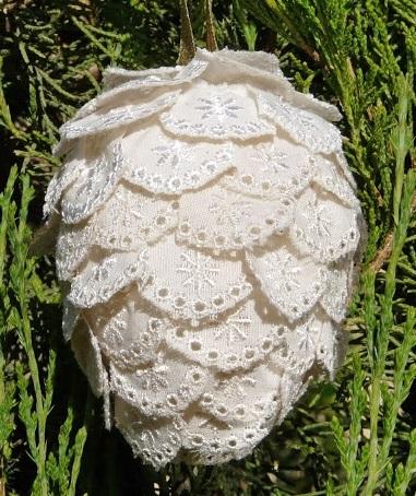 Можно делать шишки почти таким же образом из закругленных кусочков неосыпающейся плотной ткани или даже кружева