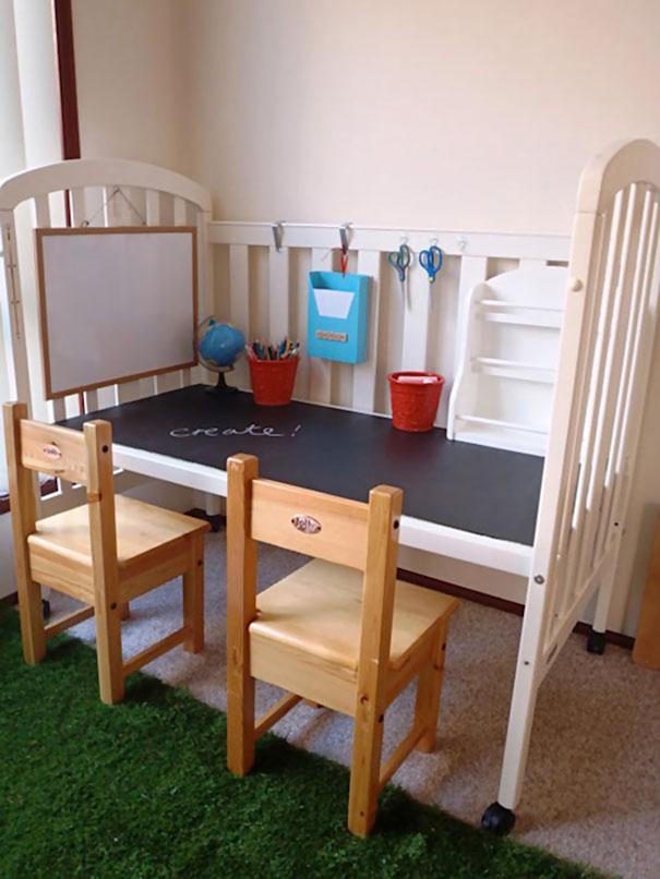 етский стол для творчества из детской люльки и меловой доски