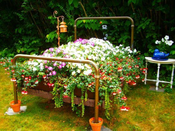 Металлическая кровать-клумба для цветов