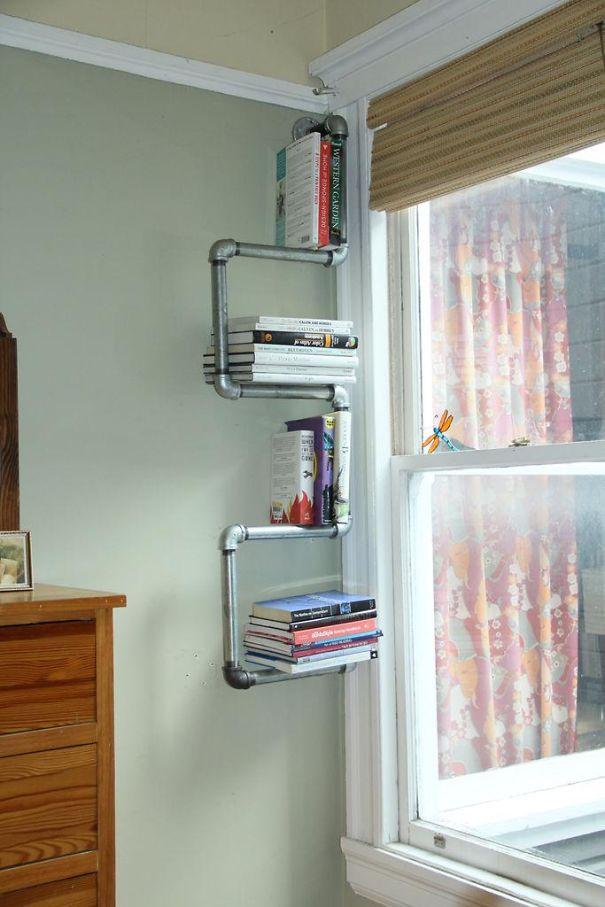 Оригинальное использование водопроводных труб для создания продуманной современной полки для книг