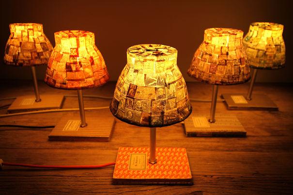 лампа, на этот раз из старых тетрадей, книг и винтажных почтовых марок