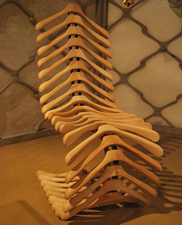 Кресло-«остов скелета» из деревянных вешалок со снятыми крючками