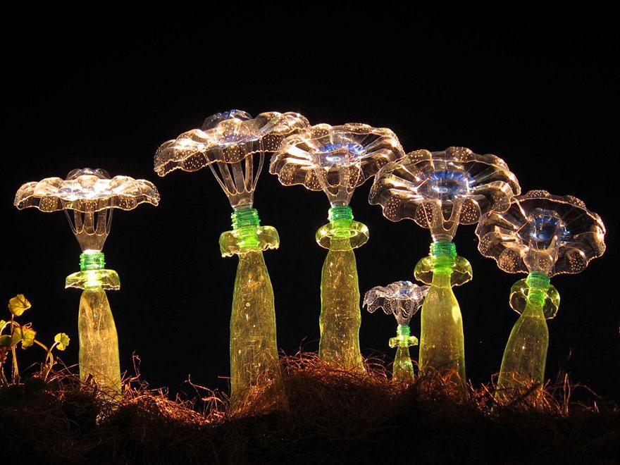 Работы Вероники Ричтеровой (Veronika Richterová) - шедевры из пластиковых бутылок. Ночные грибы.