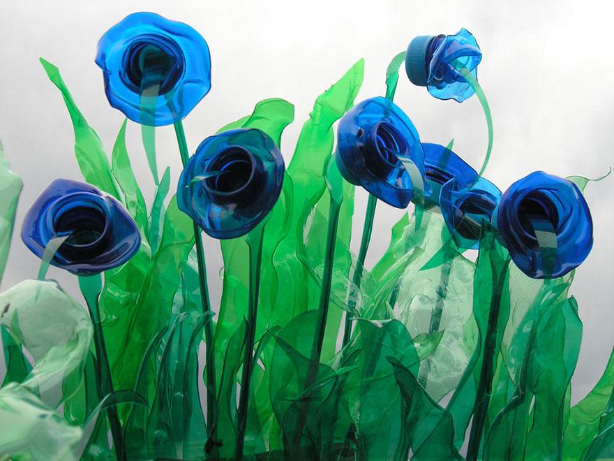 Работы Вероники Ричтеровой (Veronika Richterová) - шедевры из пластиковых бутылок. Васильки.