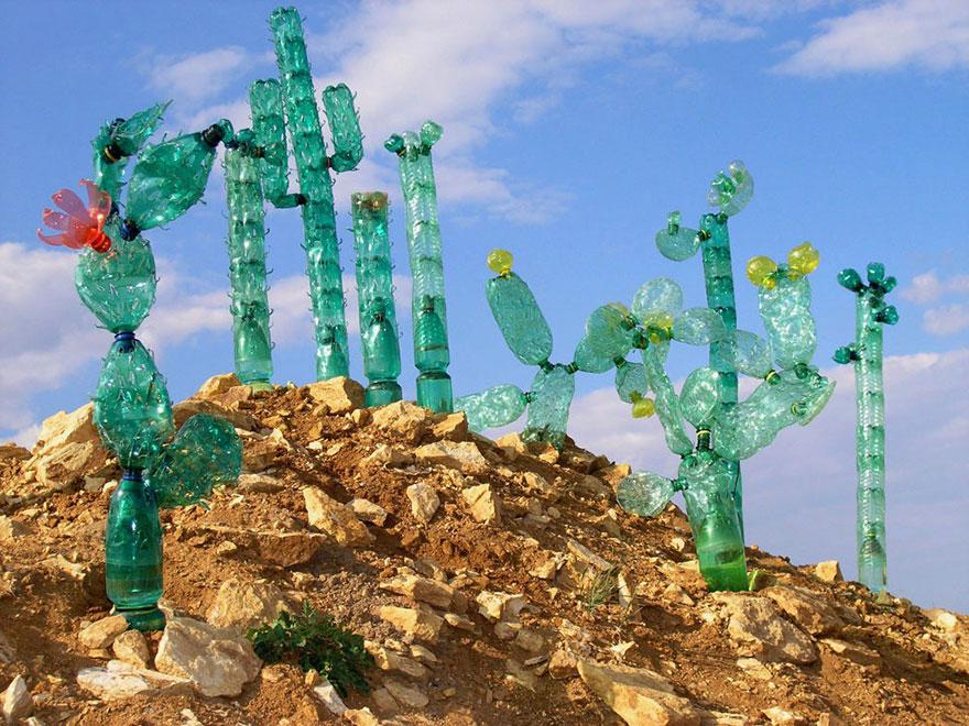 Работы Вероники Ричтеровой (Veronika Richterová) - шедевры из пластиковых бутылок. Огромные мексиканские кактусы.