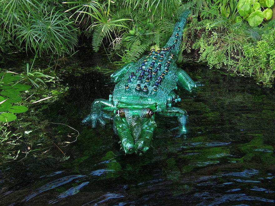 Работы Вероники Ричтеровой (Veronika Richterová) - шедевры из пластиковых бутылок. Крокодил.