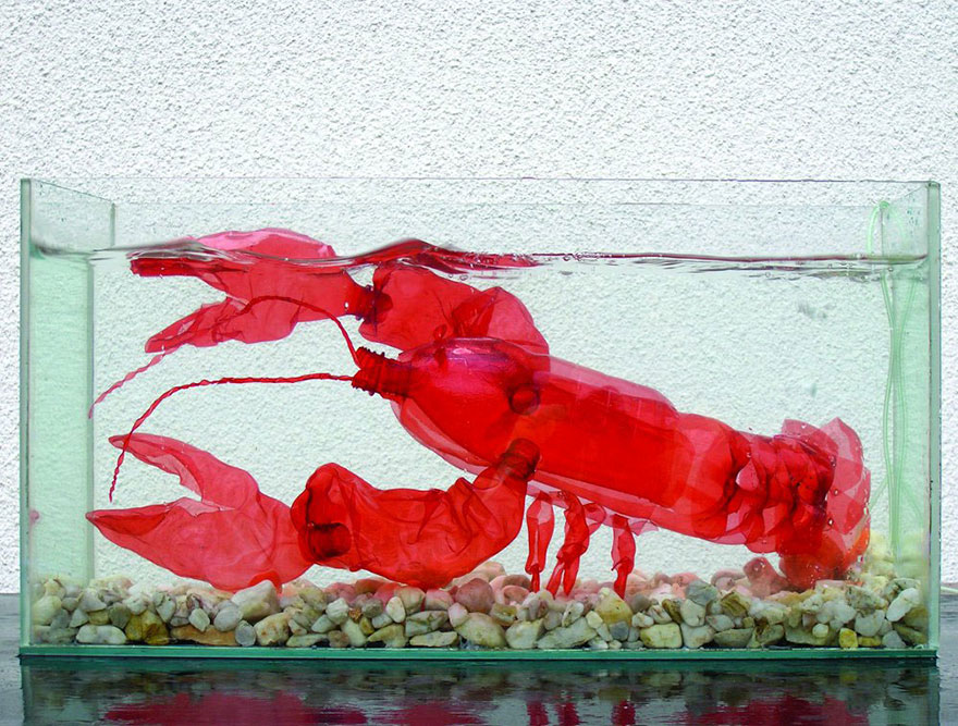 Работы Вероники Ричтеровой (Veronika Richterová) - шедевры из пластиковых бутылок. Омар/рак в аквариуме.