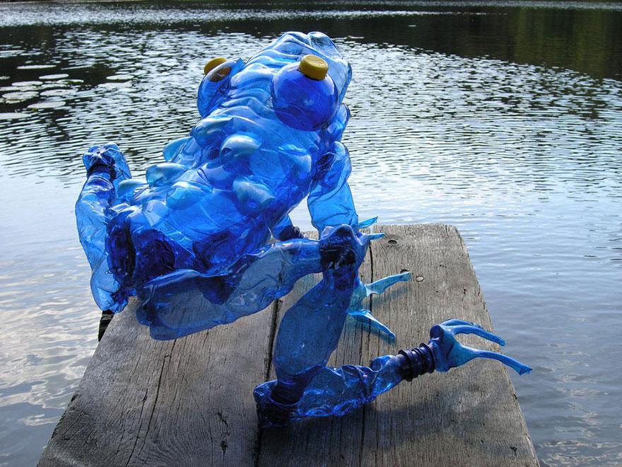 Работы Вероники Ричтеровой (Veronika Richterová) - шедевры из пластиковых бутылок. Огромная лягушка на мостках пруда.