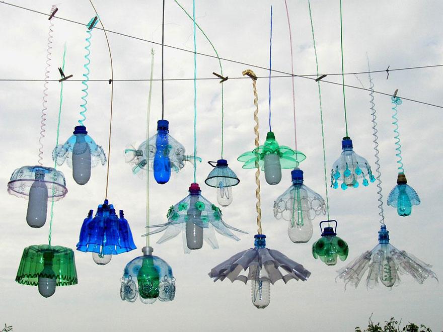 Работы Вероники Ричтеровой (Veronika Richterová) - шедевры из пластиковых бутылок. Уличные лампы, гирлянда.