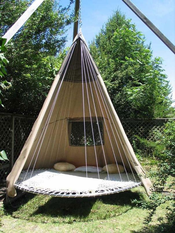 навесная беседка для садового участка из старого трамплина и старой брезентовой палатки