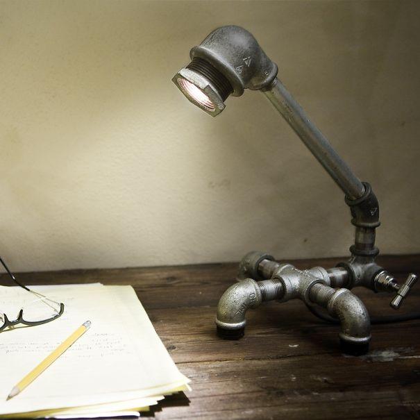 Урбанистичная настольная лампа, собранная из водопроводных труб