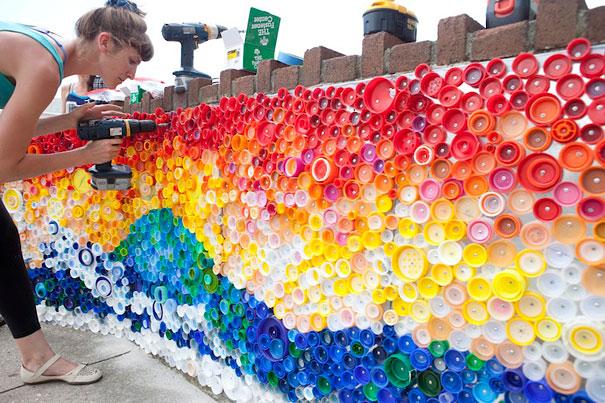 Мозаика из цветных пластиковых крышек
