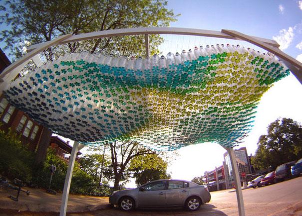 Навес для автомобиля из пластиковых бутылок с окрашенным дном