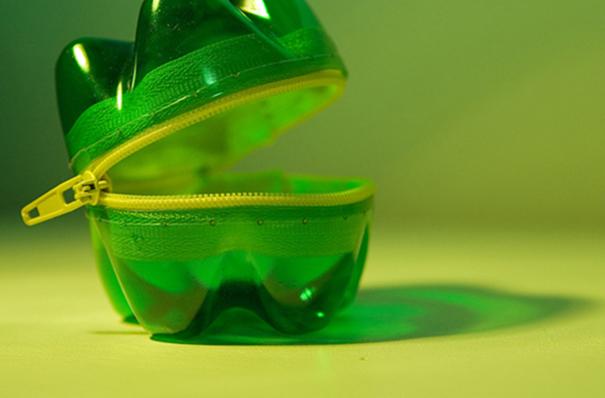 Прочная сумочка на молнии из донышек пластиковых бутылок