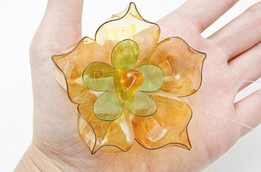 Декоративные цветы из пластиковых бутылок – для украшения бутылок вина, бокалов, колец для салфеток: пошаговая инструкция в картинках