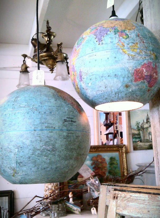 Навесная люстра из старых глобусов