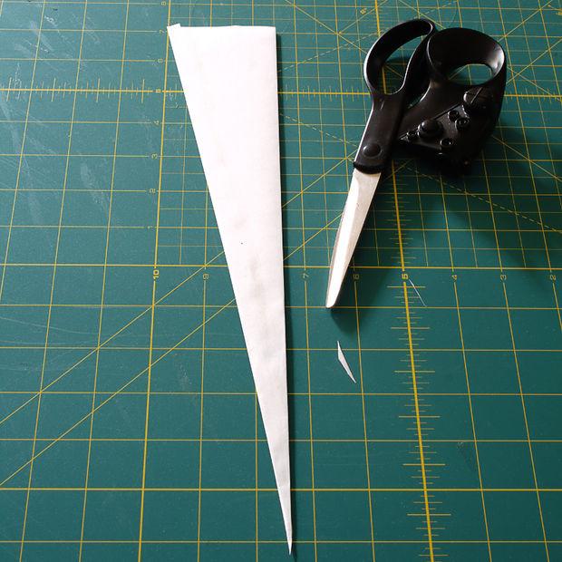 Обрежьте кончик у склеенного, чтобы он получился острым и ровным