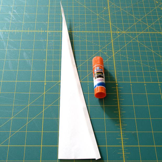Проведите клеем-карандашом по внешней стороне верхнего сложенного края