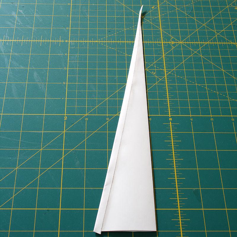 Проведите клеем по оставшемуся согнутому краю и прижмите край к бумаге впереди него