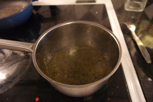 варим хвойные иголки для чая или сиропа