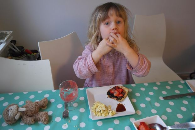 Дети едят еловый сироп с огромным удовольствием – утром с блинами, тостами, творогом, даже йогуртом
