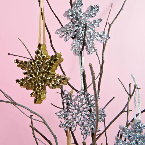 Как сделать удивительные объемные снежинки из журнальных трубочек