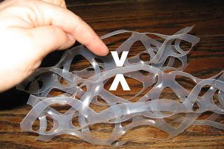 Pатем скрепляем готовые пары вместе с одной стороны – где указывают стрелки – переворачиваем и в аналогичном месте сшиваем степлером с другой стороны
