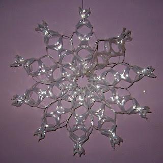 Снежинка из пластиковых колец-держателей (по 6 шт.) для пивных банок