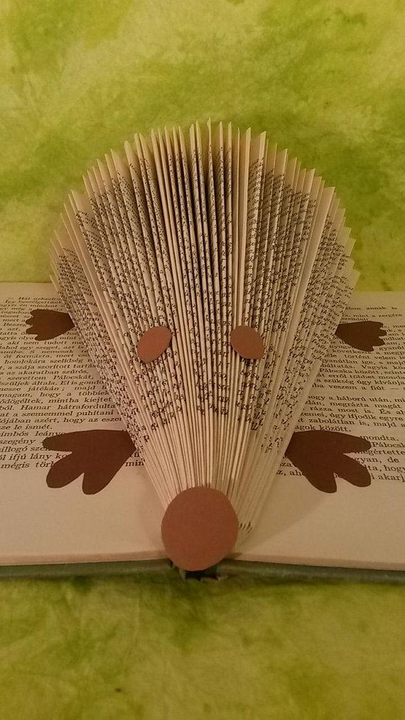 Как складывать страницы книг в предметы и буквы: новый вид искусства. Горизонтальное складывание, ежик, вариант 1.