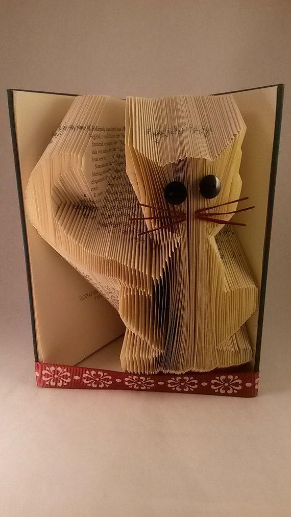 Сгибаем страницы книг в фигуры: кот, дополниетльные детали из цветной бумаги