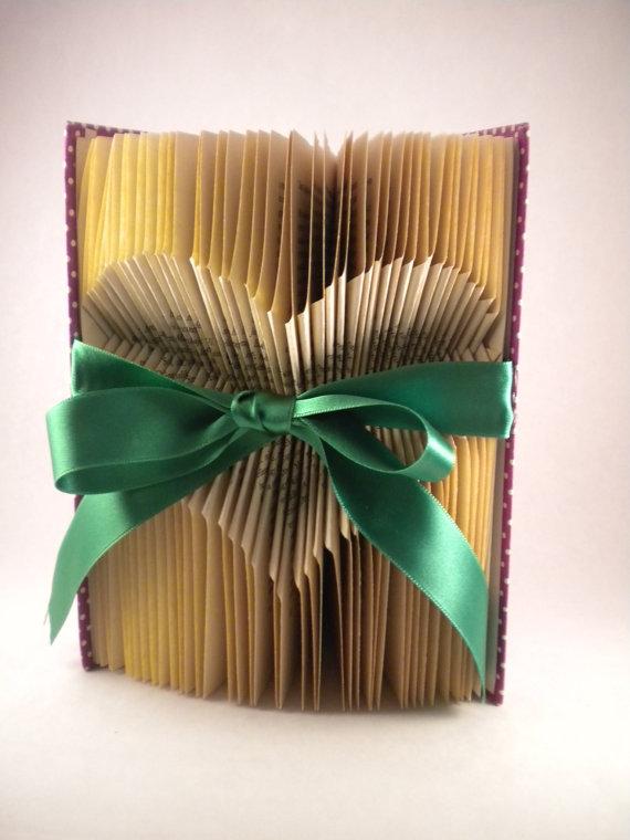 Сгибаем страницы книг в фигуры: сердце внутри