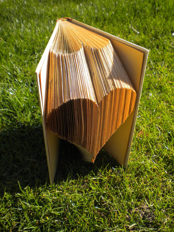 Сгиб может идти от самого корешка книги, а может от верха страницы – на ваш выбор, но дизайн получится при этом разный