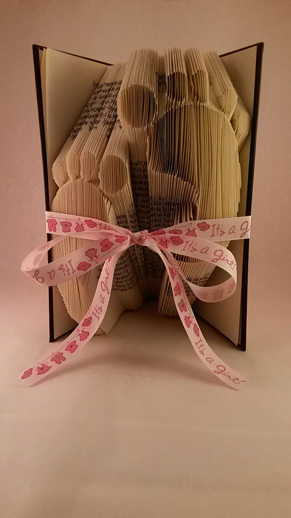 Сгибаем страницы книг в фигуры: ножки малыша