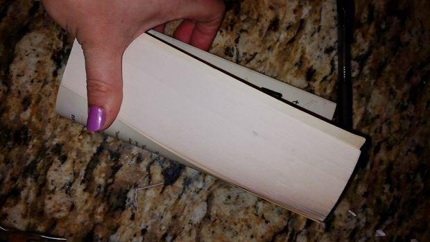 В руках держим все страницы книги, поднятые вертикально. Сгибаем эти страницы сильно вбок, чтобы увеличить объем книги.