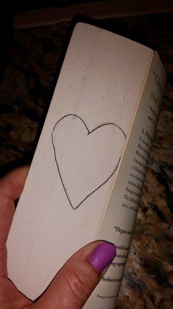 Берем ручку/карандаш и рисуем спереди на боковой части стопки из страниц книги ту форму, которую хотим получить после сгибания