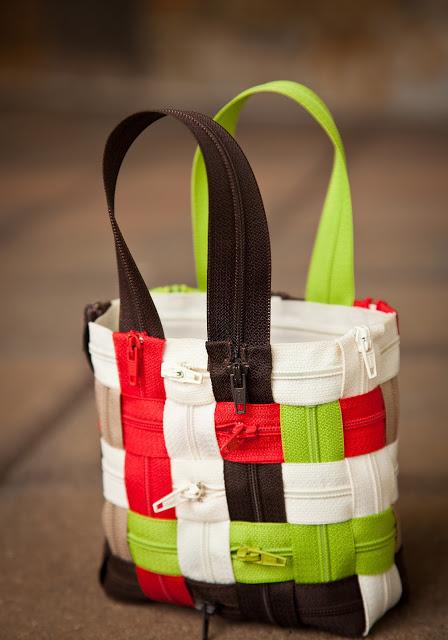 Как сшить симпатичную сумочку из цветных молний