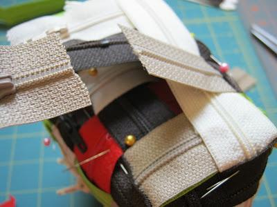 Чтобы получить из этого сумочку, просто сведите стороны полотна вместе, формируя 3D-прямоугольник