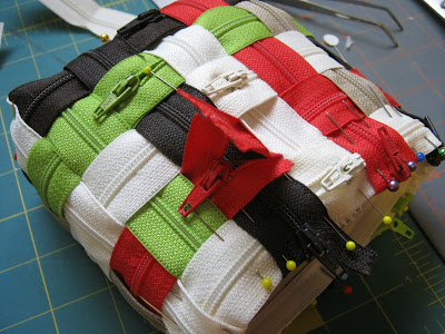 Кончики молний на верхних краях сумочки заворачиваем наизнанку, закалываем булавками